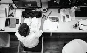 messy-desk-computer-guy